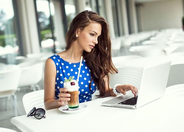 meitene pie datora