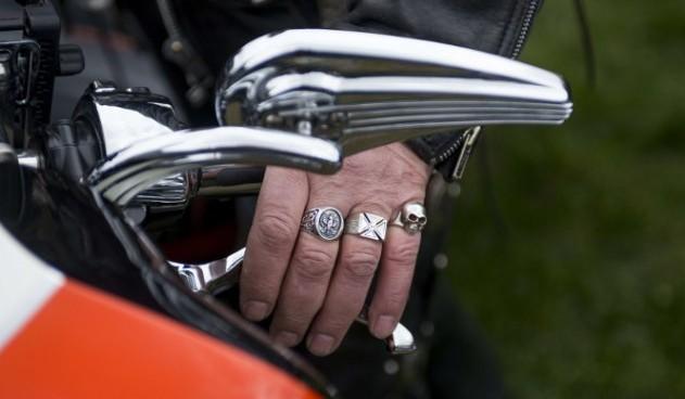 plauksta_gredzeni_roka_motociklists_AFP_-664x442