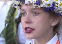Šī meitene no Dziesmu svētkiem ar savām asarām aizkustināja teju visu Latviju!
