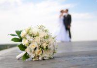 Nāvīga romantika! Pāris kāzās sarīko fotosesiju ar zārku – foto
