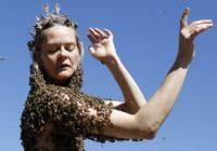 Uz sievietes ķermeņa atrodas 10 000 bišu. Iemesls tam ir neparasts!