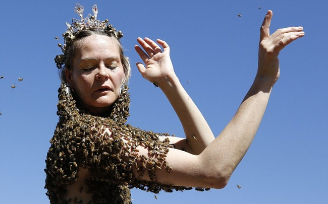 A-Woman-Wears-Thousands-of-Bees-on-Her-Body-to-Meditate-2-768x555