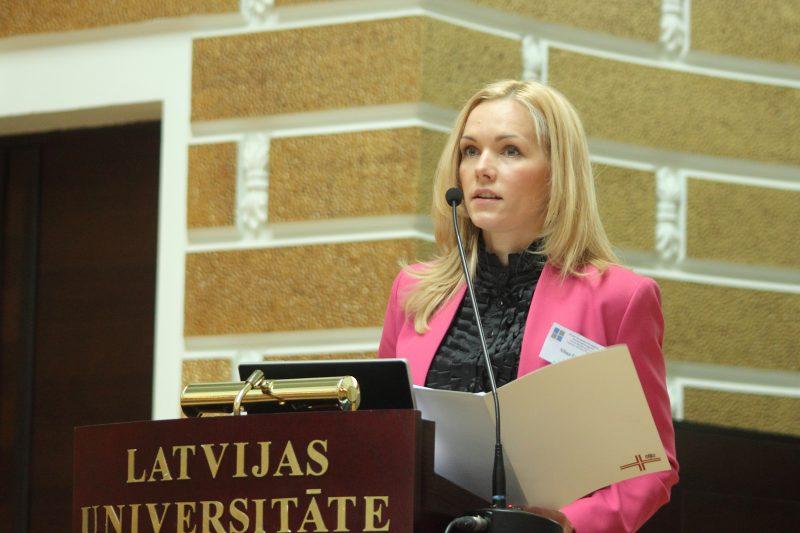 Saeimas Publisko izdevumu un revîzijas komisijas priekðsçdçtâja Elîna Siliòa.