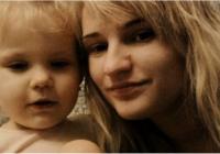 Māte ieslēdz divus mazus bērnus dzīvoklī un neatgriežas 9 DIENAS! Iznākums ir traģisks…