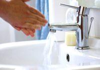 Šie it kā nekaitīgie ieradumi, ko veicam vannas istabā, var maksāt tavu veselību