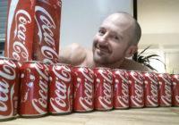 Viņš dienā izdzēra 10 Coca-cola bundžas – lūk, kādas bija šausminošās sekas!