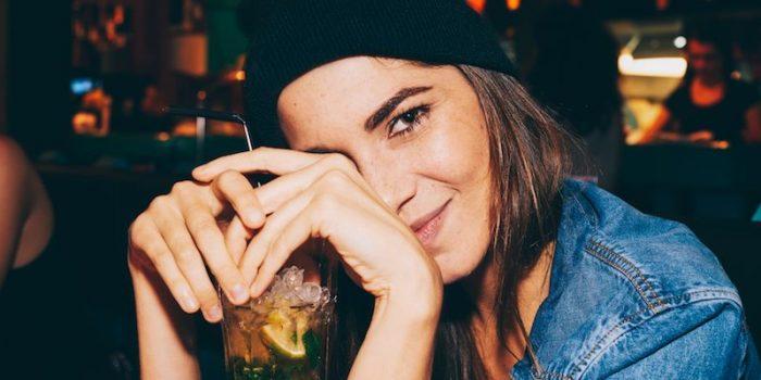 800x400-libra-girl-drinking-cocktail