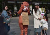 Šī vīrieša mērķis staigāt lāča kostīmā ir tik cēls, ka spēj pat saraudināt!