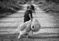 Vīru krāpusi sieva manipulē ar meitu, lai izspiestu no šķirtā vīra naudu