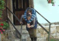 Mātei jau 77 gadi, bet viņa 59 gadus nes savu dēlu uz muguras