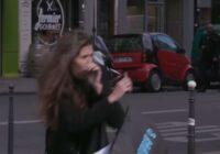 Lūk, kā Parīzē tiek pārmācīti kājāmgājēji, kas šķērso ceļu pie sarkanās gaismas!