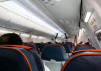 Vīrietis dzirdēja divus svešiniekus sačukstamies lidmašīnā – tad viņš ātri piegāja pie stjuartes ar neparastu lūgumu