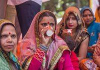 Simtiem hinduistu Indijā sarīkoja govs urīna dzeršanas ballīti, ticot, ka tas pasargās no koronavīrusa